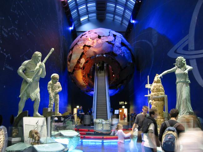 Entrance_to_the_Earth_Galleries_of_the_Natural_History_Museum_(London,_2002-06-07)