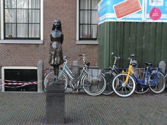Statua di Anna Frank nei pressi del museo
